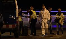 Policiais checam a área após a polícia abater cinco terroristas em Cambrils, que deixaram um morto e seis feridos ao usarem van para atropelar grupo Foto: LLUIS GENE / AFP