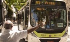 Passageiro faz sinal para ônibus municipal sem selo no terminal Siqueira Campos Foto: Antonio Scorza / Agência O Globo