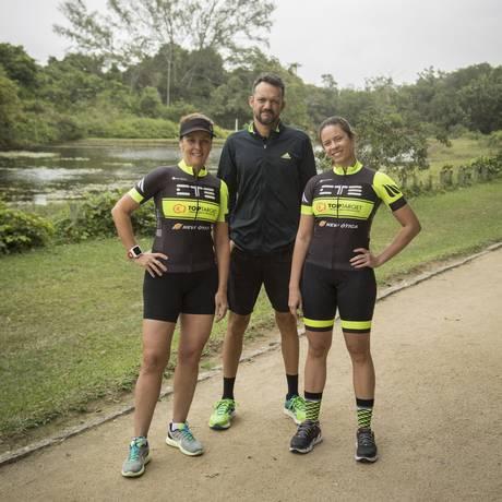 Andréa (à esquerda) e Vanessa com seu treinador, Dantas, se preparam para a prova Foto: Analice Paron / Agência O Globo