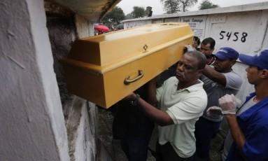 Enterro de mototaxista atingido por bala perdida durante tiroteio no Jacarezinho Foto: Roberto Moreyra / Agência O Globo