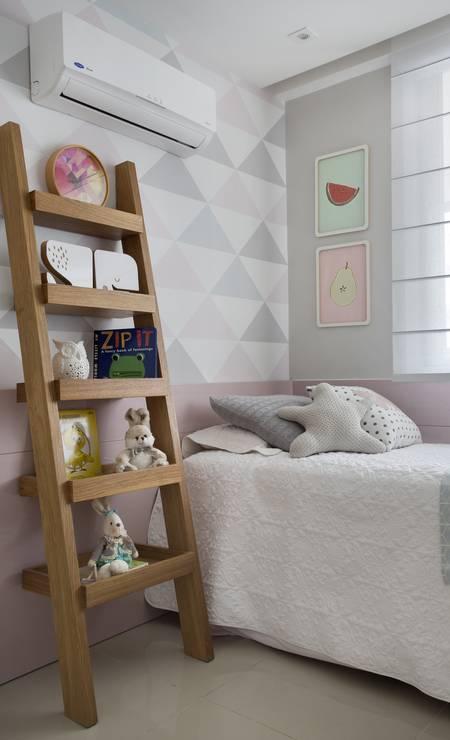 No quarto da filha, uma estante em freijó com desenho em escada foi posta ao lado da cama Foto: Divulgação
