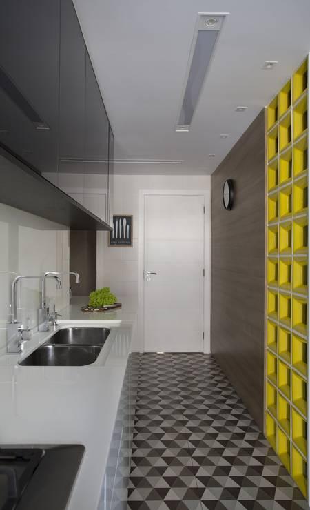Na cozinha, o preto e o branco imperam, com exceção do cobogó amarelo Foto: Divulgação