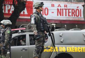 Militares em operação no Caramujo, na Zona Norte de Niterói: índices de roubos de carros na cidade dispararam Foto: Fabiano Rocha / Agência O Globo