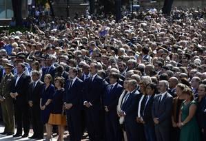 Autoridades prestam um minuto de silêncio na na Praça da Catalunha para vítimas do ataque de Barcelona Foto: JAVIER SORIANO / AFP