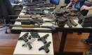 Armas apreendidas em táxi, no Barreto, seriam usadas em invasão ao Morro dos Marítimos. Foto: Divulgação / Polícia Militar