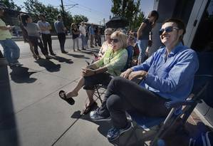 Longas filas se formaram no Clark Planetarium, em Salt Lake City, onde ainda restavam algumas poucas unidades: óculos especiais estão esgotados em várias lojas do país Foto: AP/Scott Sommerdorf