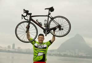 O advogado Carlos Eduardo Aboin passou a pedalar após receber diagnóstico ruim sobre sua saúde Foto: Márcia Foletto / Agência O Globo