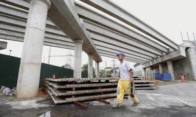 Operário trabalha na expansão do Parque Madureira: novo trecho vai ter 525 metros de extensão Foto: Márcio Alves / Agência O Globo