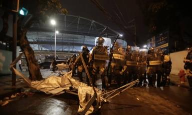 Cenário de destruição nos arredores do Nilton Santos após o jogo entre Botafogo e Flamengo Foto: Alexandre Cassiano
