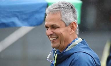 Reinaldo Rueda sorri durante treino do Flamengo Foto: Gilvan de Souza