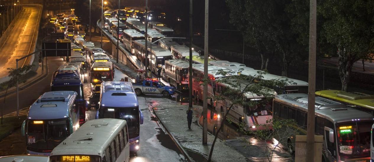 Engarrafamento na chegada à Avenida Presidente Vargas pouco antes da meia-noite Foto: Alexandre Cassiano / Agência O Globo