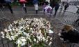 Uma mulher põe velas neste sábado em um memorial feito em tributo às vítimas do ataque a faca na cidade de Turku, na Finlândia, que aconteceu na sexta-feira Foto: Vesa Moilanen / AP