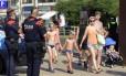 Policiais montam guarda em ruas da cidade de Cambrils, segunda da Espanha a ser atingida por um atentado, na quinta-feira Foto: JOSE JORDAN / AFP