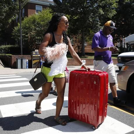 A caloura Malia Valentine chega com sua mudança à Universidade da Virginia, apenas uma semana após supremacistas brancos realizarem marcha no campus da instituição Foto: Jacquelyn Martin / AP
