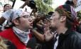 À esquerda, um jovem protesta contra ideias nazistas, e discute com um rapaz, à direita, que defende posições racistas Foto: Michael Dwyer / AP