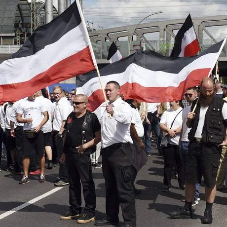 Membros da extrema-direita de Berlim, capital alemã, se reúnem para manifestação pró-nazismo Foto: Maurizio Gambarini / AP
