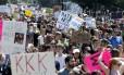Manifestantes protestam em Boston, nos EUA, contra supremacistas brancos Foto: Michael Dwyer / AP