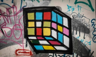 Grafite criado a partir de uma súastica pelo artista Ibo Omari, em Berlim Foto: SOPHIA KEMBOWSKI / AFP