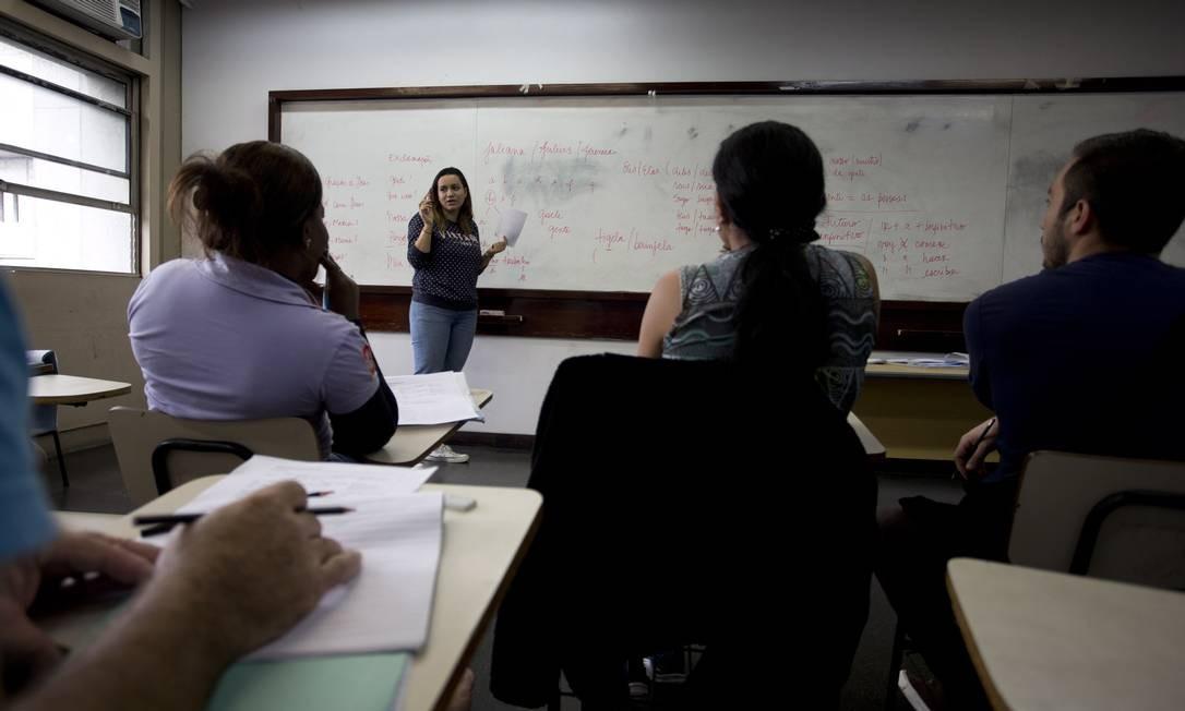Refugiados de países de língua espanhola assistem aula de português em uma sala na Uerj Foto: / Márcia Foletto