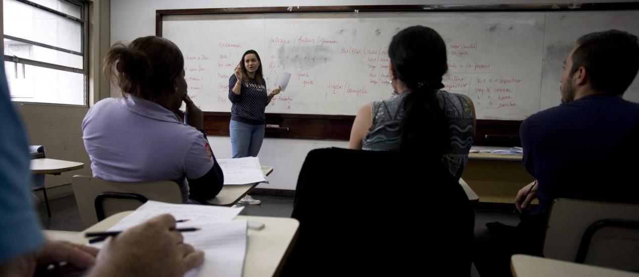 Refugiados de países de língua espanhola assistem aula de português em uma sala na Uerj Foto: Márcia Foletto