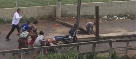 Homem é carregado em carroça até UPA de Manguinhos após ser baleado em tiroteio Foto: Reprodução/WhatsApp Extra