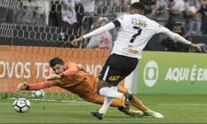 Jô perde chance diante de Fernando Miguel, goleiro do Vitória: Corinthians sofreu sua primeira derrota Foto: Daniel Augusto Jr./Agência Corinthians