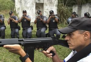 Treinamento da Policia militar: subtenente Araújo com soldados em simulação de comunidade Foto: Antonio Scorza / Agência O Globo
