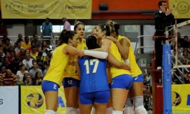 Seleção brasileira feminina de vôlei comemora um ponto na vitória sobre a Colômbia Foto: Nelson Rios / Divulgação
