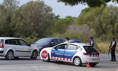 Policiais bloqueiam uma estrada perto de Alcanar Foto: JOSE JORDAN / AFP