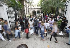 Candidatos chegam para fazer prova do Enem 2016 Foto: Alexandre Cassiano / Agência O Globo