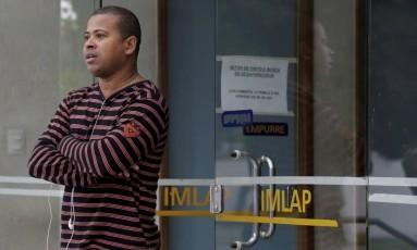 No IML, Rony Martins lamenta a morte da tia Georgina Maria Ferreira, baleada na cabeça do Jacarezinho Foto: Roberto Moreyra / Agência O Globo