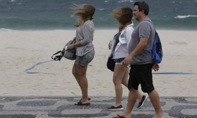 Ventania forte na orla do Leblon tira banhistas da praia Foto: Gustavo Miranda / Agência O Globo