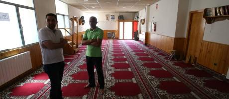 Membros de mesquita onde Es Satty pregava são clicados em Ripoll Foto: ALBERT GEA / REUTERS