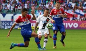 Ramon é cercado por dois jogadores do Bahia: Vasco não teve boa atuação na Fonte Nova Foto: Carlos Gregório Jr./Vasco