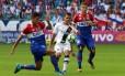 Ramon é cercado por dois jogadores do Bahia: Vasco não teve boa atuação na Fonte Nova