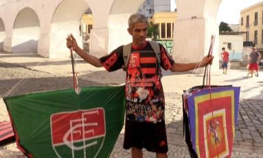 Rogério prepara os pipões com luzes e adereços Foto: Élcio Braga / Élcio Braga
