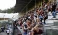 Torcedores em evento no estádio das Laranjeiras: cobertura (acima) foi danificada pelo vento Foto: Mailson Santana/Fluminense F.C.