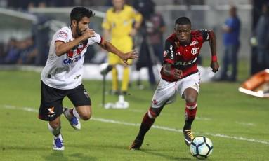 Vinícius Jr. encara a marcação na vitória do Flamengo sobre o Atlético-GO, na Ilha do Urubu Foto: Marcelo Theobald / Agência O Globo