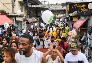 O barulho incessante de disparos, que amedronta e impede o ir e vir dos moradores Foto: APU GOMES / AFP