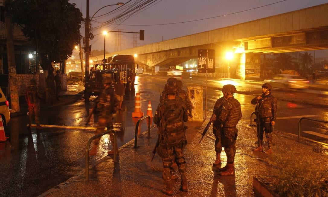 Equipes das Forças Armadas no Jacarezinho no fim da madrugada Foto: Pedro Teixeira / Agência O Globo