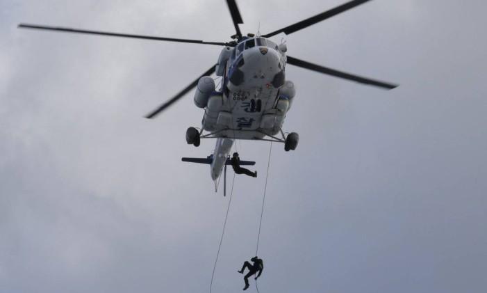 """Policial sul-coreano desde helicóptero em operação antiterrorista do exercício militar """"Ulchi Freedom Guardian"""" em parceira com os EUA em Goyang Foto: Ahn Young-joon / AP"""