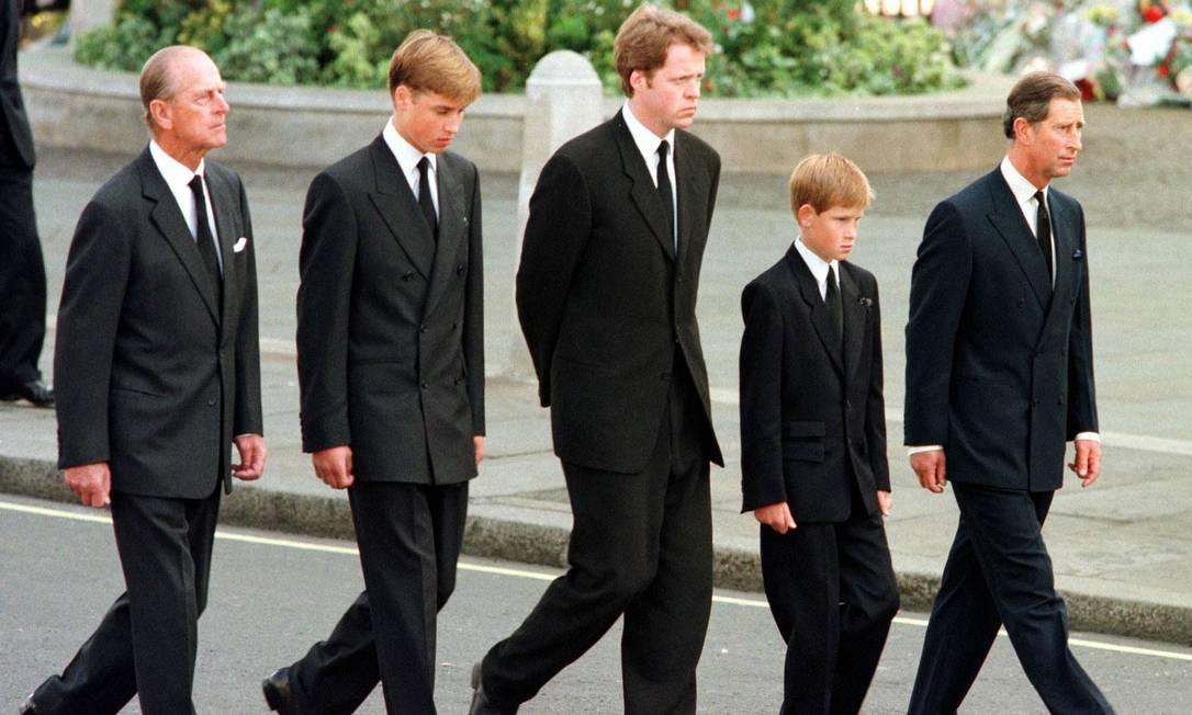 Príncipe Philip tentou evitar que Harry e William seguissem caixão de Diana