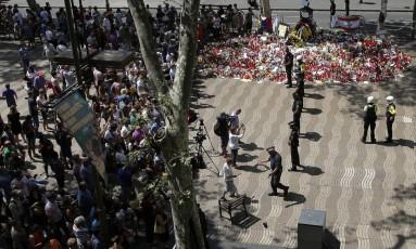 Policiais isolam acesso às Ramblas após localizarem uma bolsa suspeita em Barcelona Foto: Manu Fernandez / AP