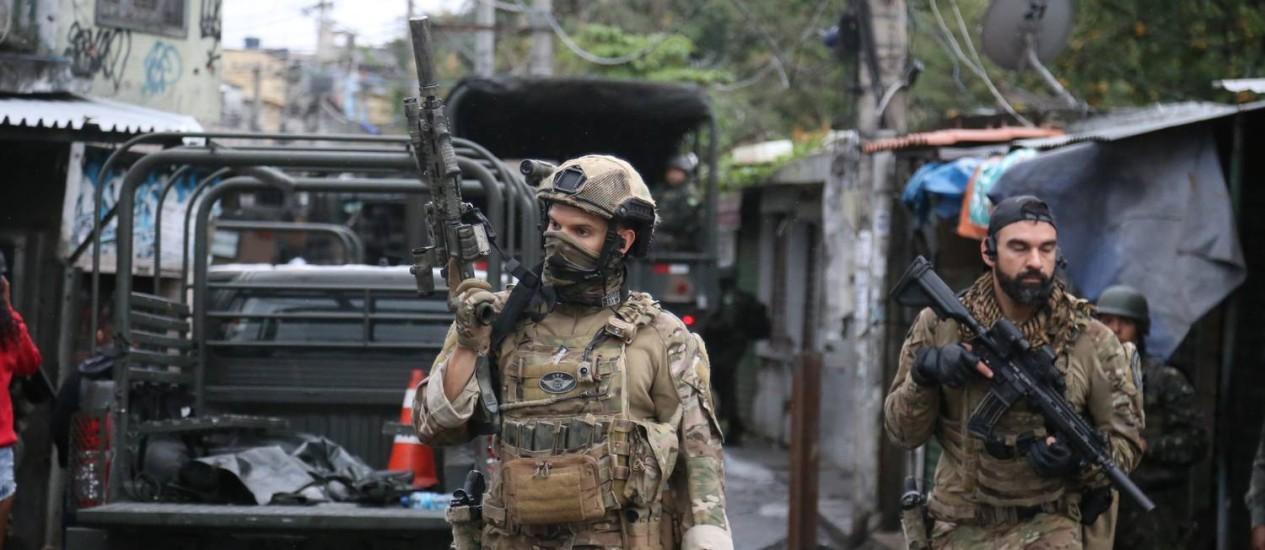 As Forças de Segurança fazem megaoperação no Rio. Na foto, militares na Favela do Jacarezinho, na Zona Norte Foto: Fabiano Rocha / Agência O Globo