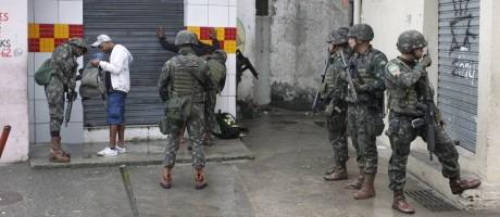 Morador é revistado durante megaoperação no Jacarezinho Foto: Pedro Teixeira / Agência O Globo