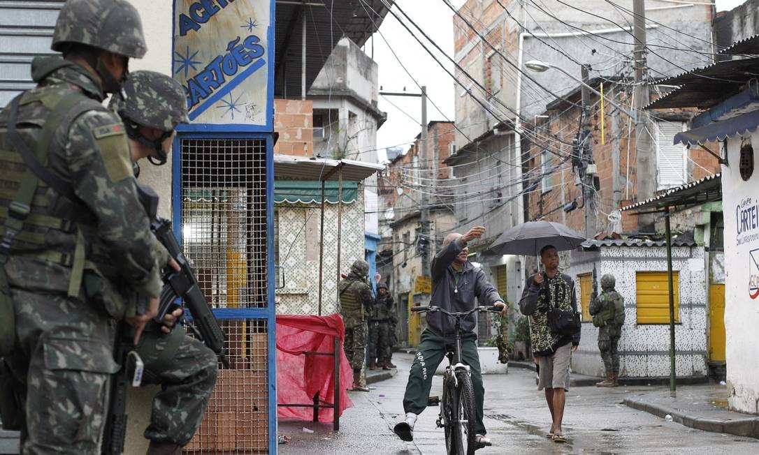 Agentes das Forças de Segurança ocupam desde o fim da madrugada a Favela do Jacarezinho Foto: Pedro Teixeira / Agência O Globo