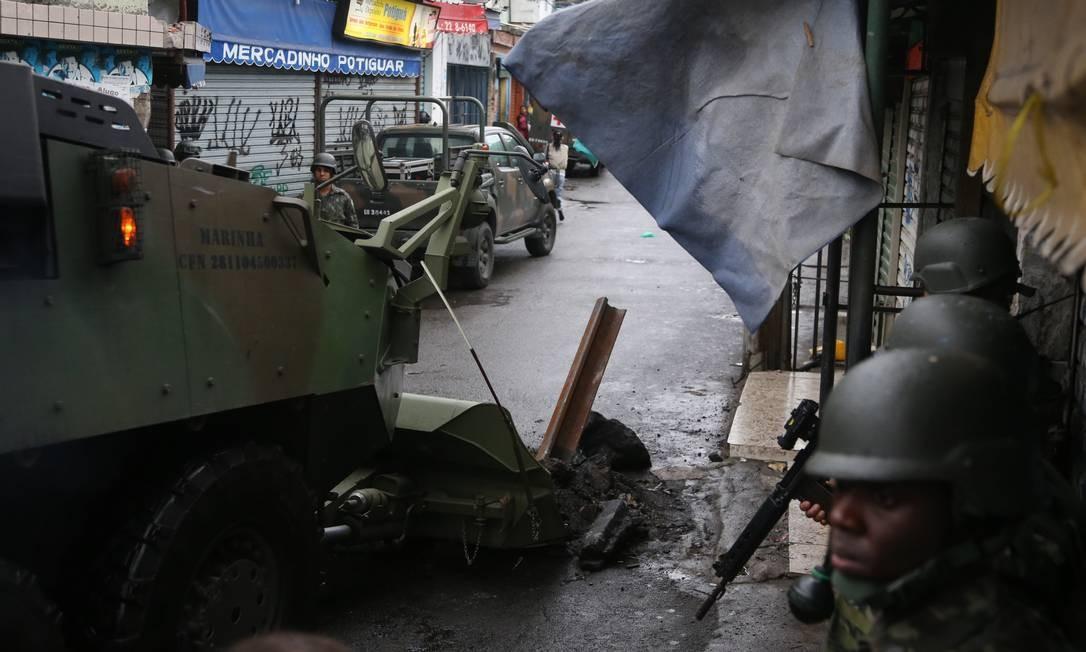 Blindado do Exército retira barricada durante megaoperação das Forças de Segurança. Na foto, a Favela do Jacarezinho Foto: Fabiano Rocha / Agência O Globo