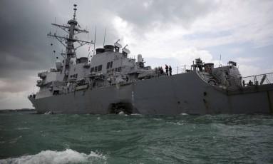 O destróier de mísseis da Marinha dos EUA USS John S. McCain é visto após a colisão em Cingapura Foto: AHMAD MASOOD / REUTERS