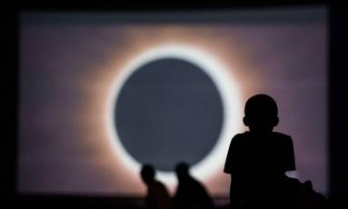 Crianças assitem a apresentação sobre o eclipse num cinema em Columbia, na Carolina do Sul Foto: Sean Rayford / AFP