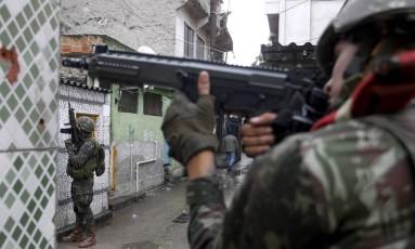 A movimentação de militares na Favela do Jacarezinho, onde escolas fecharam Foto: Pedro Teixeira / Agência O Globo